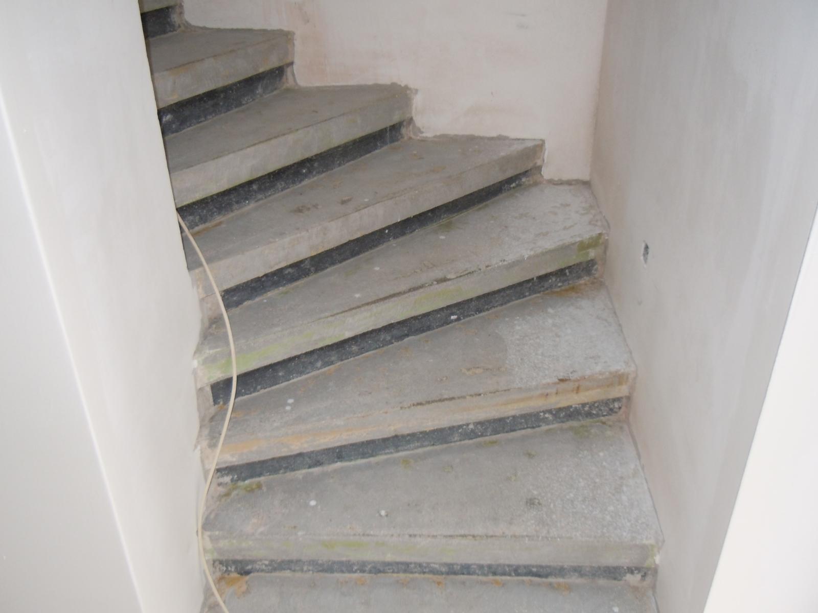 Fiala-schody-pocatek_12-prebrousene-sterkovane